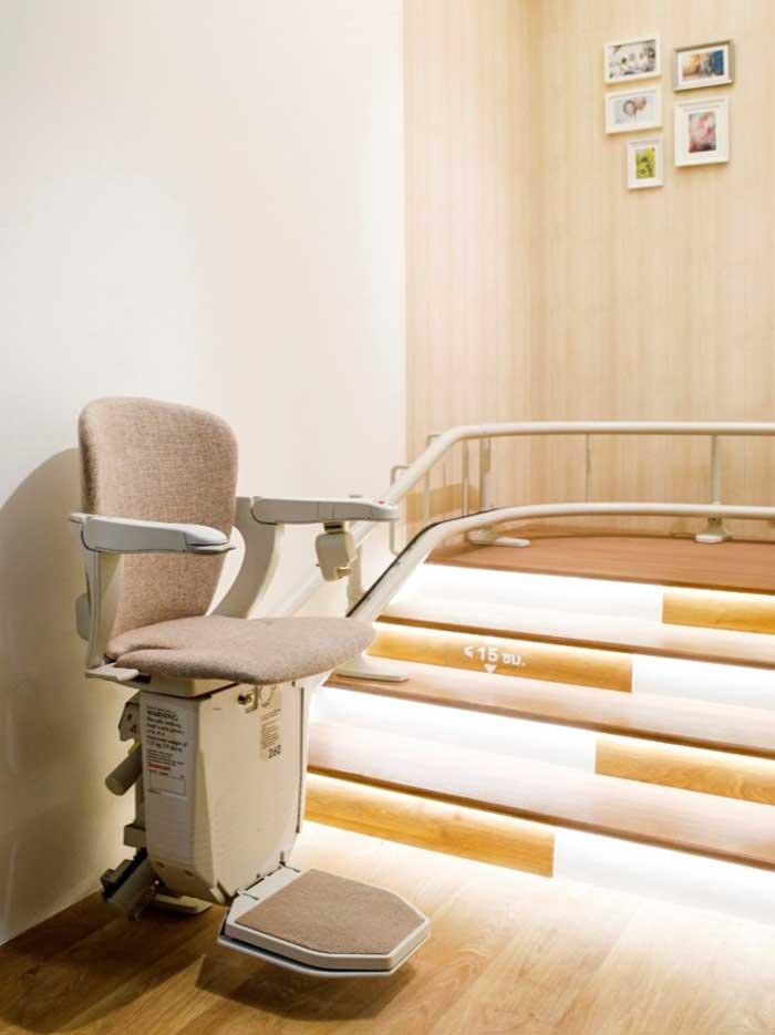 ภาพ: ลิฟต์บันได (Stair Lift) ช่วยอำนวยความสะดวกให้กับผู้สูงอายุ โดยเฉพาะผู้ที่มีปัญหาด้านข้อเข่าหรือด้านการเดิน ให้สามารถขึ้น-ลงบันไดบ้านได้สะดวกและปลอดภัยมากยิ่งขึ้น