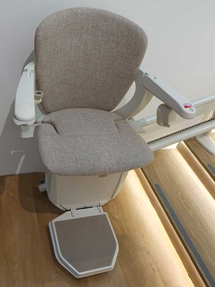 ภาพ: ขนาดเก้าอี้กว้างนั่งสบาย รองรับน้ำหนักผู้ใช้งานได้ 135 กิโลกรัม