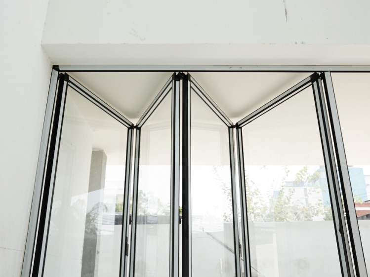 ภาพ: ประตูบานเฟี้ยมบานกระจกที่ดูโปร่งเบาและสวยงาม ขอบคุณสถานที่: บ้านคุณสมเกียรติ อภิสุทธิไมตรี