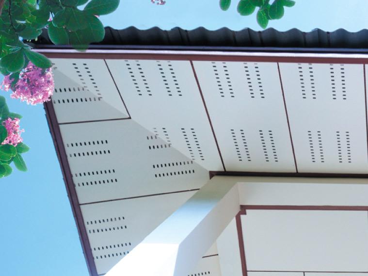 ภาพ: ฝ้าเพดานภายนอกแบบแผ่นเรียบพร้อมรูระบายอากาศ