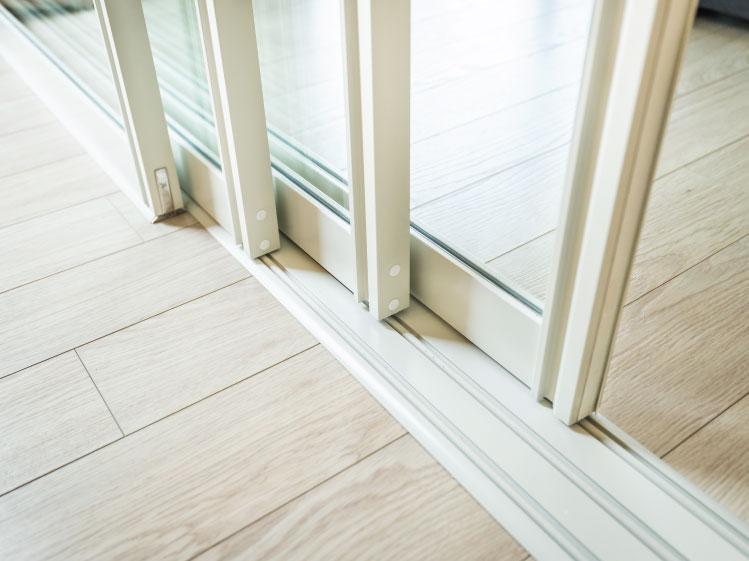 ภาพ: ประตูบานเลื่อนสี่ตอนประกอบด้วย รางล่าง 3 และรางบน 1