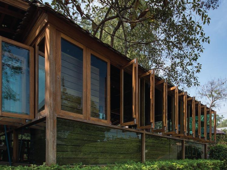 ภาพ: หน้าต่างบานเปิดแบบค้างโดยไม่ต้องใช้ตัวล็อค (บานพับแบบวิทโก้) ขอบคุณสถานที่: 32 Coffee Hill & Resort