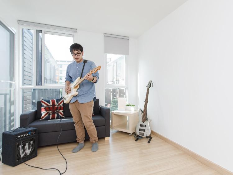 ภาพ: ห้องที่ต้องใช้เสียงดัง เช่นห้องที่มีการเล่นดนตรีเป็นครั้งคราว ก็ควรออกแบบติดตั้งวัสดุที่ช่วยกันเสียงไม่ให้เล็ดลอดออกไปรบกวนห้องข้างเคียงเช่นกัน