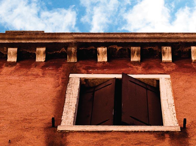 ภาพ: หน้าต่างบานพลิกแนวตั้ง