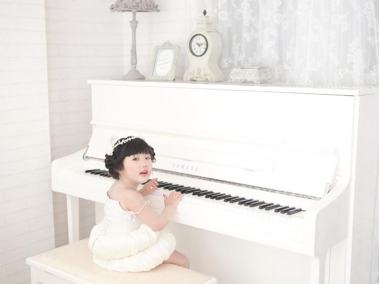 ภาพ: น้องยูกิเมะกับมุมเล่นเปียโนราวกับอยู่ในสตูดิโอถ่ายภาพ